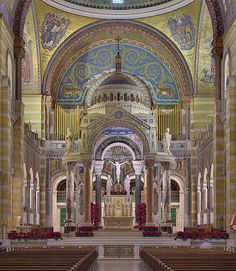 This is the Cathedral Basilica of Saint Louis (St. Louis, MO). Easily one of the finest cathedrals in the US. Mosaics in the side chapels & sanctuary walls were designed/installed by Tiffany Studios, the mosaics in the main cathedral areas were designed by August Oetken. Installation spanned 1912-1988. The mosaics collectively contain 41.5 million glass tesserae pieces in 7,000+ colors. Covering 83,000 sq. ft., it is one of the largest mosaic collections in the world. #Tiffany #mosaic…