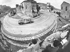 L'Âge d'or de la course sur route.   N.B. la sécurité de bord de piste n'est pas ce qu'elle était...  Ferrari 330 P4, Targa Florio (fin 60, 1968?)