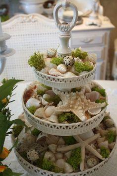 weißer-vintage-Cupcakes-Ständer-Muscheln-Seesterne-Moos