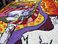Detalle de alfombra, nótese el sombreado de la oveja y el rostro de la mujer que representa la pachamama