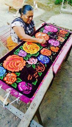 - Doña Catalina hilando sueños y vestidos desde Tehuantepec -