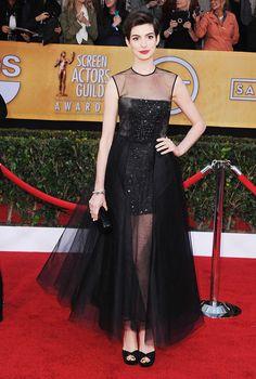 Anne Hathaway en un look de primavera de Giambattista Valli - SAG Awards 2013