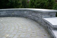 Iragna Gneis doppelhäutige, abgestufte Sitzmauer mit Abdeckplatte #Trockenmauer , Lagerveband, Fugenklasse II / #Drystonewall #masonry