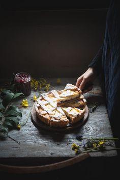 La crostata di ricotta e visciole è una deliziosa ricetta della tradizione ebraico romana, preparata con pasta frolla, ricotta di pecora freschissima e visciole