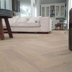 De opbouw van de plank bestaat uit een berken multiplex onderlaag met daarop een eiken houten toplaag van 4 mm. Hij is ook uitermate geschikt om gelijmd te worden op vloerverwarming. Deze planken worden geplaatst worden met of zonder band. Een bies wordt meestal niet geplaatst bij de duoplank visgraat vloerdelen. Dit geeft weer een … Loft Interiors, Apartment Interior, New Homes, House Interior, Interior Design Inspiration, Refinishing Hardwood Floors, House Flooring, Refinishing Floors, Apartment Interior Design