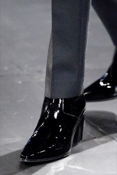 Saint Laurent Herbst 2015 Menswear Fashion Show - Schuhe Saint Laurent Paris, Saint Laurent Boots, Men In Heels, Men S Shoes, Mens Heeled Boots, Cuban Heel Boots, Fashion Show, Mens Fashion, Fashion Menswear