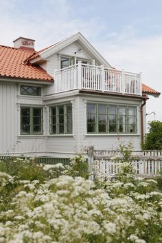 Vi slänger in lite fler bilder från Elsa på Hälsö , hon har ett underbart s… Swedish House, Scandinavian Living, My Dream Home, Interior And Exterior, Beautiful Homes, Cottage, House Styles, Houses, Conservatory