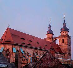 Sonntag ist Kirchentag: die Stadtkirche Bayreuths größte und älteste Kirche im Morgenrot. Sie gilt als die Mutter aller #Markgrafenkirchen in der #Gruft befinden sich die #Sarkophage von zahlreichen Markgrafen. Die Gruft ist seit der aufwändigen Restauration der #Kirche unbedingt einen Besuch wert. Auch die beiden #Türme können an ausgewählten Tagen bestiegen werden. Fällt euch auf dass die Dächer der Türme unterschiedlich sind? In einem lebte die Türmerfamilie. Mehr dazu in der Touristinfo…