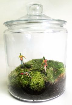 Zombie Terrarium I want to make a mini garden railway in a yerrarium. Zombie Attack, Jar Art, Zombie Art, Zombie Apocalypse, Apocalypse Survival, Fall Halloween, Halloween Projects, Diy Projects, Crafts For Teens