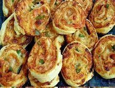 Δοκιμάστε τα είναι φανταστικά -απλά γρήγορα - γευστικότατα !!! Παίρνουμε 2 φύλλα σφολιάτας, απλωνουμε σε ολη την επιφάνεια κέτσαπ ή σάλτσα ντομάτας, Ρίχνουμε ρεγκάτο τριμμένο, προσθέτουμε οτι αλλαντικο μας αρέσει, εγώ έχω βάλει φιλέτο κοτόπουλου ψητό Greek Recipes, New Recipes, Healthy Recipes, Cookbook Recipes, Cooking Recipes, Breakfast Snacks, Quick Snacks, Mini Foods, No Cook Meals