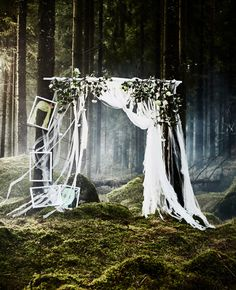 A DIY photobooth backdrop made from strips of lacy curtains and fake flowers secured to a pole that's hanging up in a forest wedding Diy Wedding Photo Booth, Diy Photo Booth, Photo Booth Backdrop, Photo Booths, Wedding Photo Hacks, Inspiration Ikea, Diy Fotokabine, Ikea Wedding, Wedding Activities