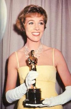 Julie Andrews gana el Oscar a la mejor actriz, 1964
