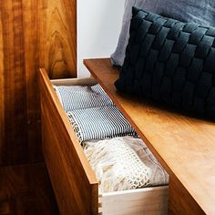 Bankje aan zijkant vh bed, 40 start hoogte, 20 hoog, bed op 60. Diep 20-40. Boven 4 overdekte kleding lades, ruimte voor matjes en slaapzakken onder bed, plant/boeken/stapel kussens op het bankje.