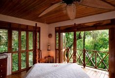 Deep in Jamaica's rainforest, Kanopi House hotel is the place to fulfill fantasies of sky-high treehouse living, surrounded by cloud-sweeping, vine-entangled banyan trees. Treehouse Living, Treehouse Hotel, Airbnb House, Magical Tree, Cool Tree Houses, Wood Bedroom, Beach House Decor, Home Decor, Hotel S