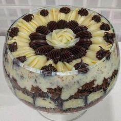 Bolo de chocolate com o mais delicioso e cremoso recheio de coco, e cobertura de brigadeiro. – Caderno de Receitas