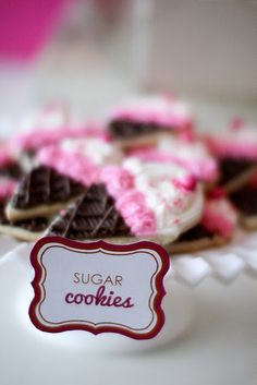 what a great way to decorate sugar cookies...pipe them!