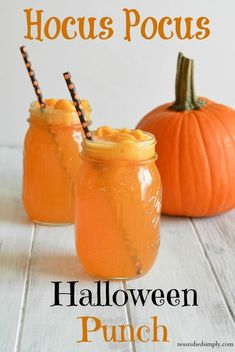 Kid-friendly Hocus Pocus Halloween Punch is free from artificial colors but is a fun bright orange punch perfect for any Halloween party. This non-alcoholic punch can be made single serve or in large quantities. via halloween cooking ideas Halloween Cocktails, Halloween Desserts, Halloween Cupcakes, Halloween Party Kinder, Punch Halloween, Hallowen Food, Halloween Celebration, Spooky Halloween, Halloween Treats