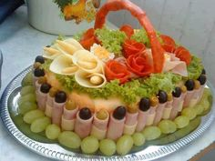 These Salad Decoration Ideas are So Amazing to Try Meat Trays, Meat Platter, Cheese Trays, Food Platters, Meat And Cheese, Salad Decoration Ideas, Decor Ideas, Comida Diy, Cold Cuts