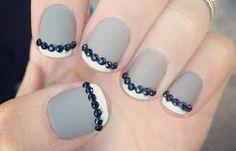 Uñas decoradas en color gris, Uñas decoradas color gris mate.   #uñas #unghiecolore #uñasconbrillo
