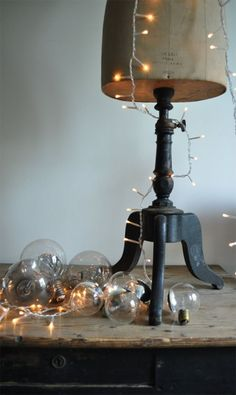 light bulbs + fairy lights Ilove this ! Green Table, Decorating With Christmas Lights, Noel Christmas, White Christmas, Vintage Christmas, Xmas, Look Vintage, Twinkle Lights, String Lights