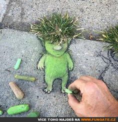 Street art by David Zinn. I need to do this instead of fighting with my weeds. Street art by David Zinn. I need to do this instead of fighting with my weeds. Land Art, Art For Kids, Crafts For Kids, Art Et Nature, Urban Nature, Sidewalk Chalk Art, Amazing Street Art, Amazing Art, Chalk Drawings