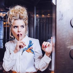 Paloma Faith HER SHIRT (is a single image of the three tattoos she has on her back) Nu Goth, Vintage Hairstyles, Up Hairstyles, Paloma Faith Hair, Grunge, Eccentric Style, Pin Up Hair, Punk, Faith In Love