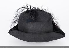 Over pullen sort strutsefjær. Hats, Fashion, Moda, Hat, La Mode, Fasion, Fashion Models, Trendy Fashion