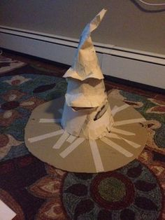 How to Make a Harry Potter Sorting Hat Use card board to make a large circle with the brim in the middle . Use oak tag or cereal boxes to make a cone shape for the top of the hat. Cut pieces for the eyebrows and mouth and tape together. Baby Harry Potter, Chapeau Harry Potter, Natal Do Harry Potter, Harry Potter Motto Party, Harry Potter Fiesta, Harry Potter Thema, Classe Harry Potter, Cumpleaños Harry Potter, Harry Potter Halloween Party