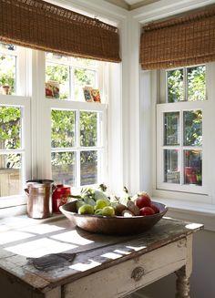 . Fenêtres à guillotine avec vue sur cour, stores en bambou, meuble chiné et plateau de fruits. Avec le soleil en prime.  (Valerie Wilcox, photographe)