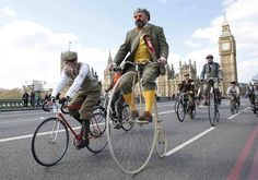 Tweed Run, London Participants in the Tweed Run ride their bicycles over London's Westminster Bridge. The Tweed Run is an annual event in which people wear vintage clothing and ride their bicycles through city centers worldwide. Pictures Of The Week, Cool Pictures, Run And Ride, Tweed Run, Plus Fours, Armistice Day, Westminster Bridge, Carnival Festival, Penny Farthing