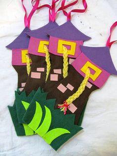 Convite em feltro  Castelo da Rapunzel. Tamanho aproximado 29 x 13cm. Tem fita para que possa ser pendurado na porta ou na parede. Pode ser feito em outro tema.  O convite impresso de papel não acompanha o produto.  QUANTIDADE MÍNIMA 10 unidades R$ 6,00