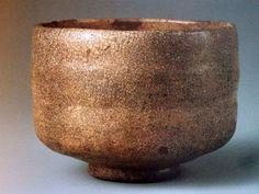 赤楽茶碗No.37 赤楽茶碗 銘「湖月」 五島美術館蔵 ほとんど白楽、といってもいいくらい赤みの抜けた赤楽茶碗。これも長次郎作らしく、如心斎の極めがついています。作風としては4、「太郎坊」や9、「獅子」と同じ歪みのない静かな造形です。それにしても驚かれるのが、まるで萩茶碗のごとき貫入(茶碗表面の細かいひび割れ、井戸茶碗の特徴)であります。私はこれを萩茶碗だとして紹介されても納得してしまうでしょう。また胴には二本のくびれもついています。