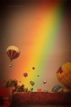 One of my favorite things: Hot Air Balloons And now a rainbow too. Rainbow Sky, Over The Rainbow, Rainbow Colors, Air Balloon Rides, Hot Air Balloon, Big Balloons, Somewhere Over, Bunt, Beautiful Pictures