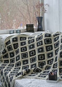 Ehkä viimeinen mummon neliöistä virkattu peite – ainakin vähään aikaan. - MitäTekis? - Vuodatus.net Square Blanket, Knit Crochet, Projects To Try, Shabby Chic, Crochet Patterns, Throw Pillows, Knitting, Handmade, Crafts