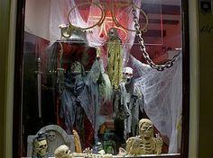 """""""de kunst van het etaleren"""". Visitekaartje winkel. Snappen ze in de #Haarlemmerbuurt goed http://www.facebook.com/haarlemmerbuurt"""