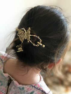 Fun and frilly! Beautiful gold butterfly flexi clip. I love the little butterfly charm dangling from the filagree centerpiece. This hair clip is perfect for girls and women looking for easy gorgeous hairstyles!