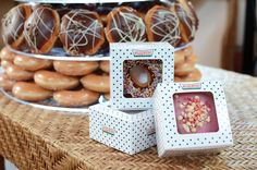 Wedding Gifts For Guests Wedding favour ideas- lovin the Krispy Kreme doughnut wedding favours! Unusual Wedding Favours, Homemade Wedding Favors, Chocolate Wedding Favors, Creative Wedding Favors, Inexpensive Wedding Favors, Elegant Wedding Favors, Beach Wedding Favors, Wedding Favor Boxes, Personalized Wedding Favors