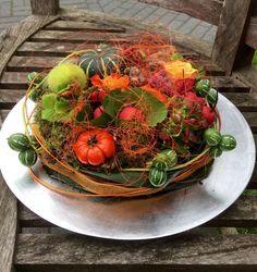 Herfsttaart - Art Floral, Deco Floral, Fall Flowers, Diy Flowers, Thanksgiving Crafts, Fall Crafts, Beautiful Flower Arrangements, Floral Arrangements, Adornos Halloween