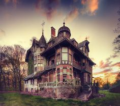 Abandoned Victorian house. Photo via Steampunk Tendencies.