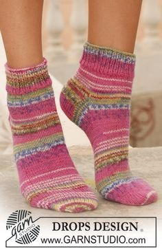 Lady flamingo / DROPS – free knitting patterns by DROPS design – Best Knitting 2020 Loom Knitting, Knitting Socks, Knitting Patterns Free, Free Knitting, Free Pattern, Crochet Patterns, Crochet Socks, Knitted Slippers, Wool Socks