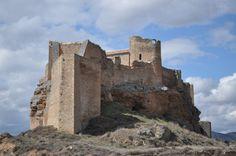 CASTLES OF SPAIN - Castillo de Zorita (siglo IX), Guadalajara. Fue en su origen fortaleza musulmana erigida por los Banu Dil-Nun, dinastía bereber que reinó en la Taifa de Toledo. Alvar Fáñez, teniente de El Cid, y conquistador de Guadalajara, tomó la fortaleza en el s.XI, aunque volvería a pasar a manos de los almorávides. Perteneció a la Orden de Calatrava. Su declive comenzó a raíz de la Batalla de Aljubarrota (1385), perdida frente a Portugal, donde murieron trescientos hombres de…