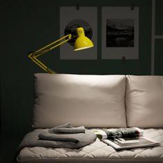 La lampe de bureau portable IKEA TERTIAL en acier est dotée d'un bras et d'une tête réglables. Utilisable partout dans la maison, elle se visse aisément sur des surfaces planes, comme le rail du canapé, un bureau...