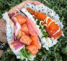 Sushi burgers and burritos are so last year, people. Our latest food hybrid obsession? Because why choose between your two favorite cuisines for Sushi Taco, Sushi Burger, Sushi Sushi, Fun Easy Recipes, Asian Recipes, Healthy Recipes, Healthy Food, Sashimi, Sushi Comida