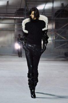 <p>Total look black mais jeu de matières avec de la maille, du cuir vinyle et de la fourrure. Crédit : Pascal Le Segretain/Getty</p>