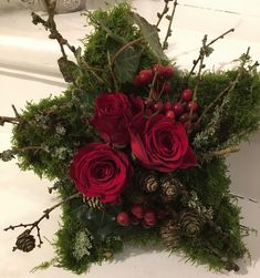 Mos stjerne med friske roser Christmas Arrangements, Christmas Centerpieces, Floral Centerpieces, Christmas Decorations, Christmas Flowers, Christmas Star, Christmas Crafts, Christmas Ornaments, Inexpensive Flower Arrangements