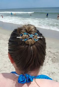 Perfect beach hair! A beautiful starfish in the colors of the sea on this flexi clip make the perfect accessory