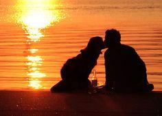 Mann und Frau genießen einen romantischen Sonnenuntergang
