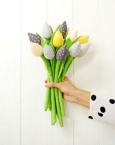 Oster-Deko: Frühlingshafter Blumenstraß aus Stofftulpen/ fabric tulips for Easter made by Jobuko via DaWanda.com