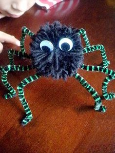 Halloween Crafts for Kids - Pompom Spiders Diy Halloween Desserts, Holiday Crafts For Kids, Halloween Crafts For Kids, Halloween Pictures, Holidays Halloween, Crafts To Do, Halloween Decorations, Halloween Party, Toddler Halloween