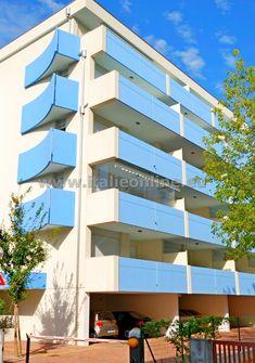 Taliansko, dovolenka pri mori. Luxusne vybavená rezidencia Villa Mara priamo v centre Bibione - Spiaggia iba 150 m od piesočnej pláže. Moderné apartmány s klimatizáciou, satelitnou TV, bezpečnostnými dverami, umývačkou riadu, mikrovlnnou rúrou, k dispozícii výťah a kryté parkovacie státie. Bungalows, Villa, Hotels, Strand, Multi Story Building, Stairs, Decor, Parking Space, Summer Vacations